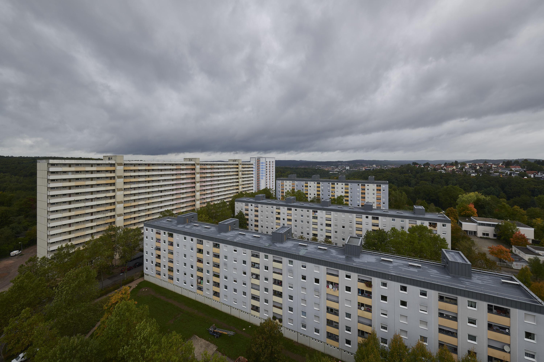 Blick auf die Ostfassade des Gebäudes mit vorgelagerter Bebauung