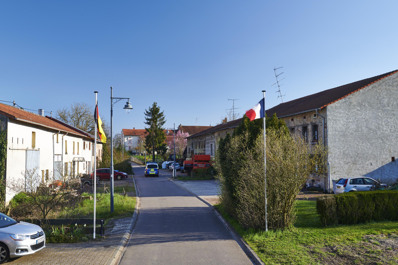 deutsch-französische Grenze, Leidingen/Heining-lès-Bouzonville, »Neutrale Straße«